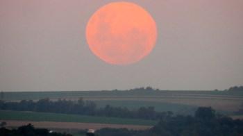 Fênomeno fez com que a a lua pareça maior; próxima deve acontecer em 26 de maio