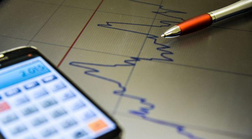Celular e um gráfico: taxa básica de juros deve subir nos próximos dois anos
