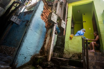 Maioria dos casos aconteceu dentro das favelas durante confrontos; levantamento do Instituto Fogo Cruzado mostra ainda que muitas crianças passam a ter problemas psicológicos