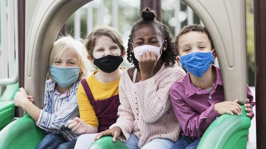Crianças com mais de 2 anos devem manter uso de máscara, diz a Academia Americana de Pediatria