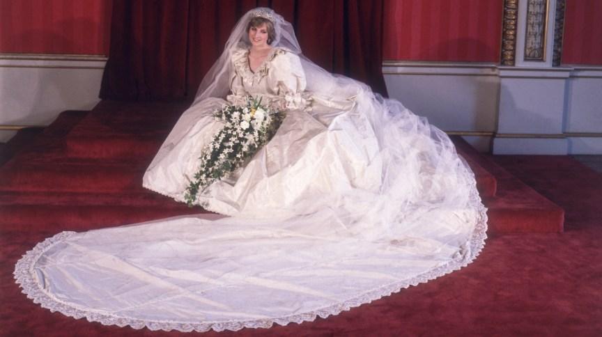 A princesa Diana com o elaborado vestido usado em seu casamento com o príncipe Charles, em 1981