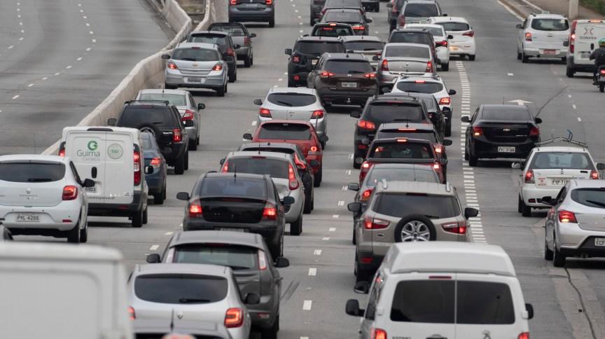 Trânsito intenso de veículos na Avenida Radial Leste, em São Paulo