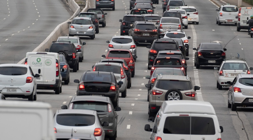 Trânsito de veículos em São Paulo: o IPVA está chegando, então cuidado com os gastos do fim do ano