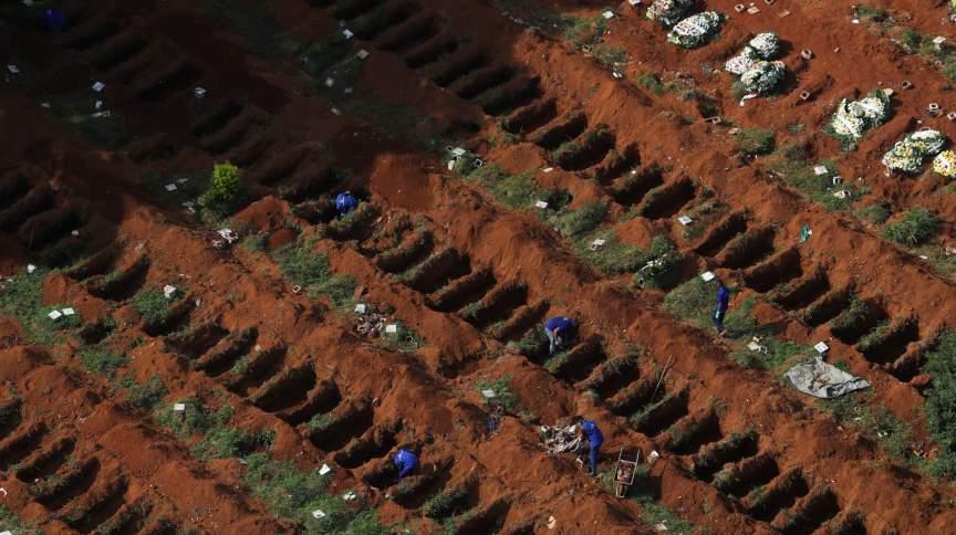 Funcionários abrem covas em cemitério da Vila Formosa, em São Paulo
