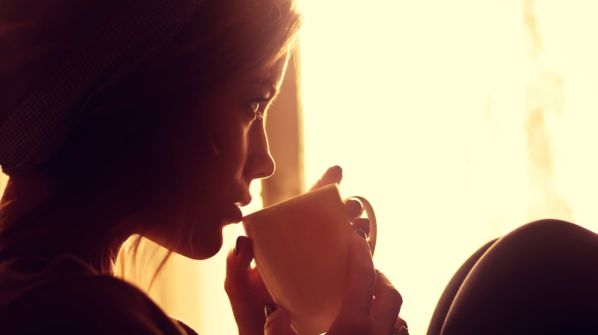 Mulher bebe café