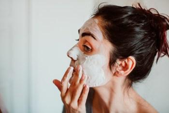 Hormônios do estresse, como o cortisol, podem desencadear erupções cutâneas, acelerar o envelhecimento e e agravar doenças da pele, como eczema e psoríase