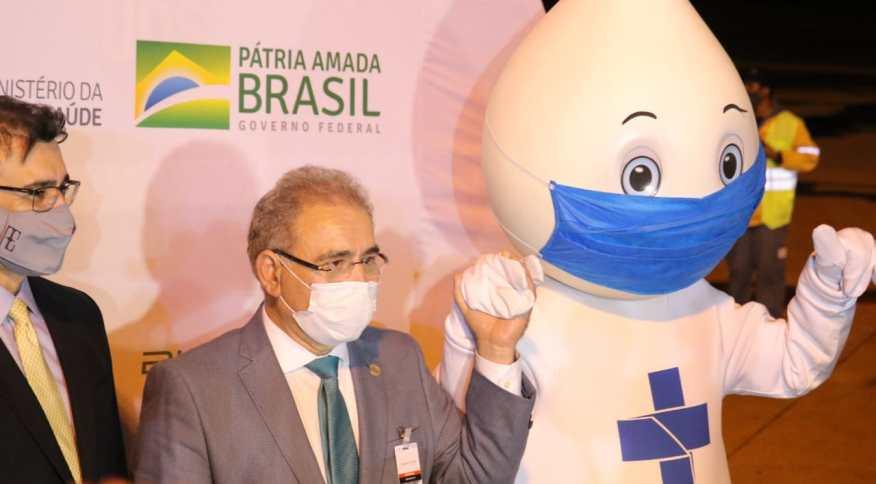 Ministro Marcelo Queiroga posa com mascote Zé Gotinha ao receber vacina da Pfizer