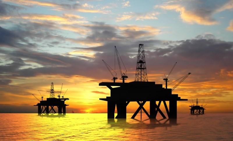 Plataforma de petróleo no Brasil. Preços desabaram nesta quinta-feira, com renovadas preocupações do mercado