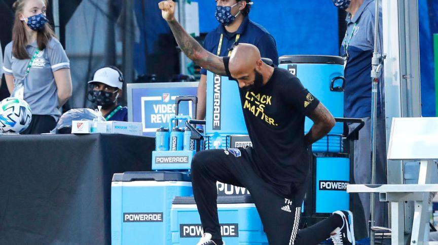O técnico Thierry Henry, do Montreal Impact, ajoelha-se em homenagem ao movimento Black Lives Matter em 16 de julho de 2020