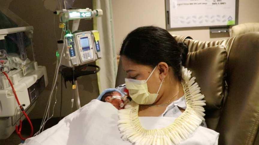 """Lavinia """"Lavi"""" Mounga deu à luz a um menino em pleno voo para o Havaí"""