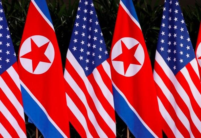 Bandeiras nacionais dos EUA e da Coreia do Norte são vistas no Capella Hotel na ilha de Sentosa, em Cingapura