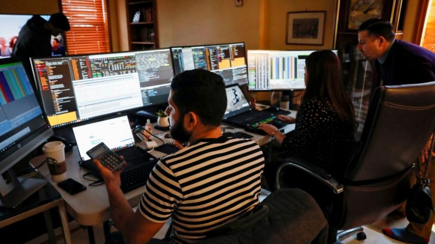 Operadores de mercado financeiro trabalham de casa durante a crise do coronavírus
