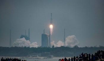 O foguete chinês descontrolado deve reentrar na atmosfera da Terra neste fim de semana; os Estados Unidos acompanham a rota do equipamento