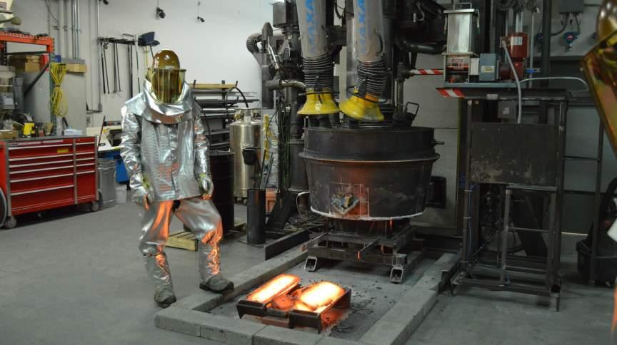 Um funcionário da Boston Metal produz um lingote de aço na sede da Boston Metal, em Massachusetts, nos Estados Unidos