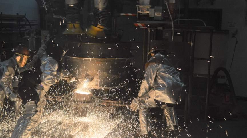 Funcionários da Boston Metal produzem lingote de aço na sede da empresa, em Massachusetts, nos EUA