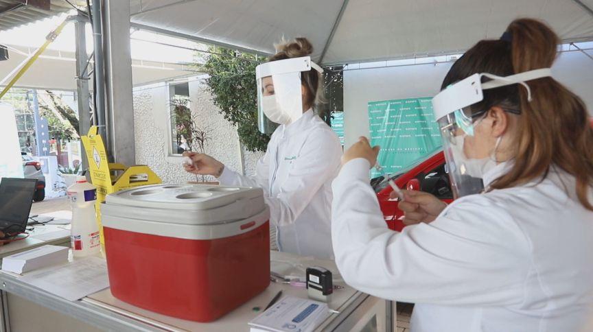 Vacina da Pfizer começa a ser aplicada em Porto Alegre (06.mai.2021)