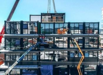 Construção de edifício de 8 pavimentos com cerca de 3.300 m² fabricado e instalado em 100 dias, dos quais 20 foram para que os blocos fossem acoplados