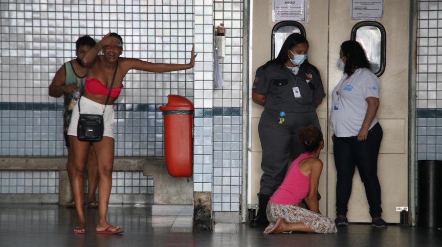 Mãe e esposa de homem morto em confronto no Morro do Jacarezinho no Rio de Janeiro (RJ) choram em frente à portaria da emergência