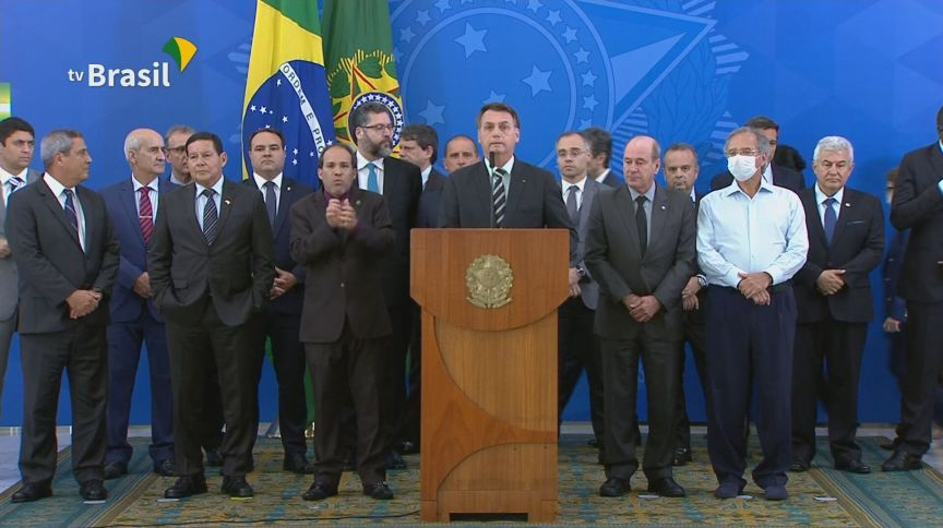 Presidente Jair Bolsonaro (sem partido) fez pronunciamento rodeado de apoiadores