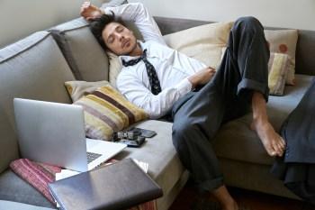 Especialistas alertam para os riscos à saúde e indicam maneiras de se movimentar mesmo durante o isolamento e o home office