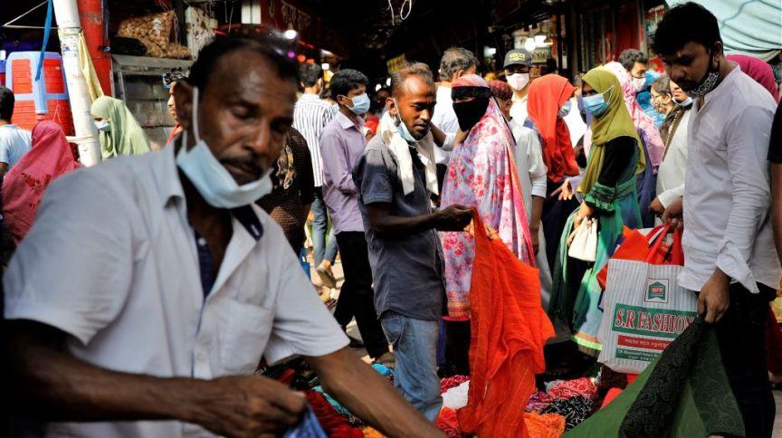Pessoas usando máscaras no mercado de Dhaka, Bangladesh, em 07 de maio de 2021