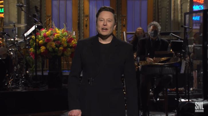 Elon Musk durante monólogo no SNL no último sábado (8)