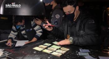 Em outra ação do Comitê Blitze, os agentes flagraram uma aglomeração de 100 pessoas em tabacaria na zona sul da capital