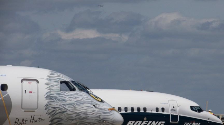 Aeronaves da Embraer e da Boeing lado a lado durante exibição em Paris, na França