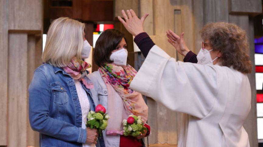 Cerimônia em igreja Católica na Alemanha durante evento nacional realizado para promover a união de casais do mesmo sexo