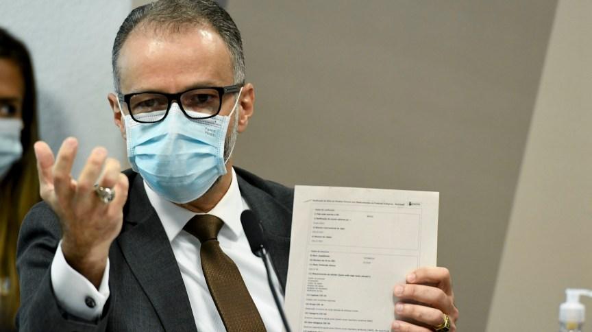 Diretor-presidente da Anvisa, Antonio Barra Torres, exibe documento ao depor na CPI da Pandemia