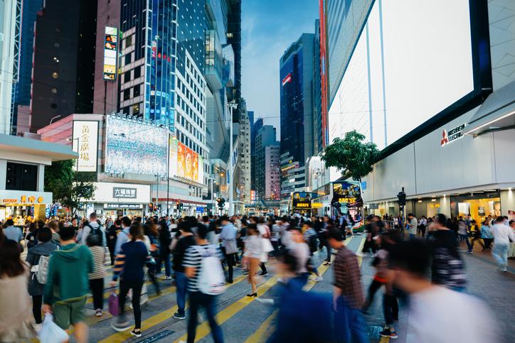 Pessoas em rua de Hong Kong, na China