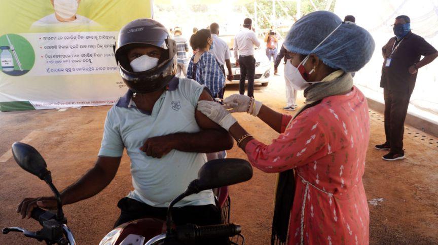 Homem de 45 anos é vacinado em posto drive-in na cidade de Bhubaneswar, na Índia, em 12/05/2021