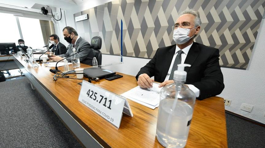À frente do relator da CPI da Pandemia, Renan Calheiros (MDB-AL) placa registra o dado de 425.711 vidas perdidas para covid 19