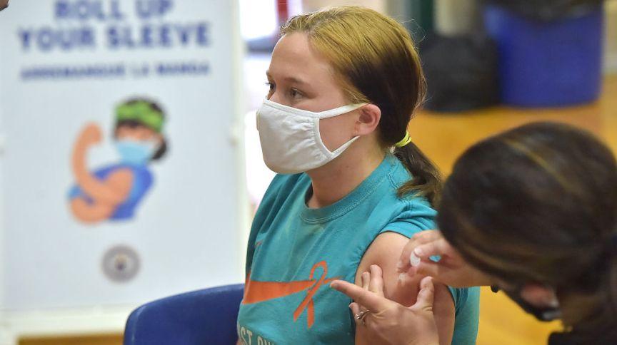 Adolescente é vacinada com imunizante da Pfizer em uma escola de Ensino Médio na Pensilvânia