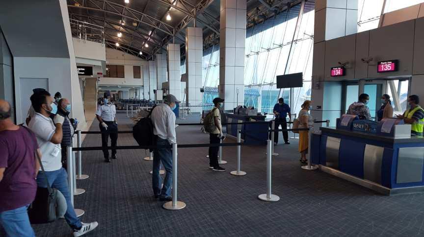 Brasileiros embarcam no aeroporto da Cidade do Panamá em voo fretado pelo Itamaraty