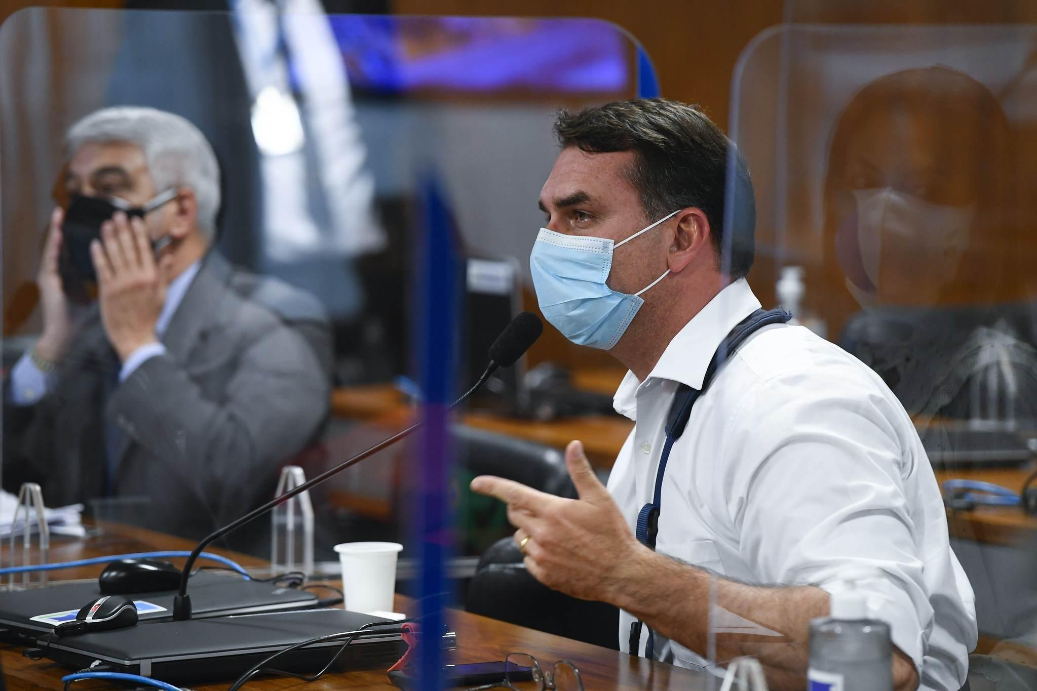 Flávio Bolsonaro (Republicanos) durante sessão na CPI da Pandemia