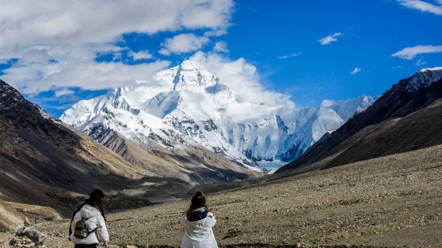 Turistas aos pés do Monte Everest, no Tibet