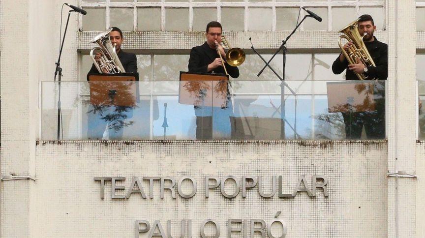 Filarmônica de Santo Amaro realiza apresentações na marquise do Teatro Paulo Eiró