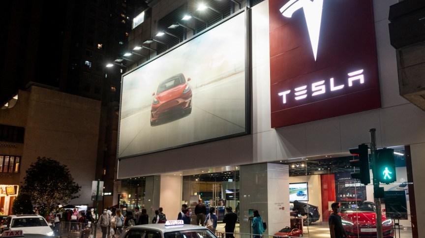 Concessionária Tesla em Hong Kong; vendas da companhia na China estão em queda