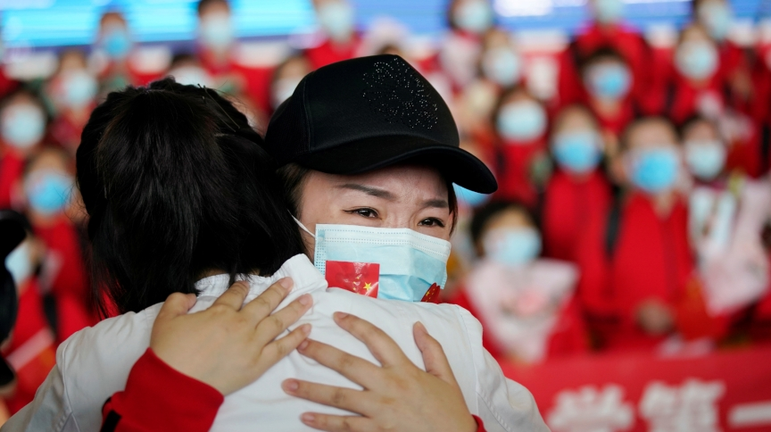 Agente de saúde comemora fim do isolamento em Wuhan, primeiro epicentro da pandemia de COVID-19