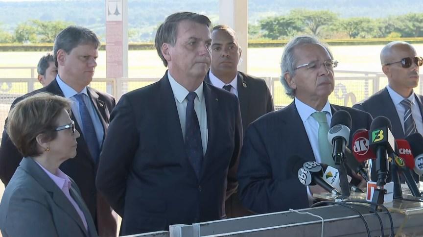 O presidente Jair Bolsonaro (sem partido), o ministro da Economia, Paulo Guedes, o ministro da Infraestrutura, Tarcísio Gomes de Freitas, e a ministra da Agricultura, Tereza Cristina