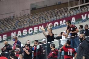 Centenas de pessoas compareceram ao estádio para assistir ao clássico Flamengo x Fluminense sem autorização, disse a prefeitura do Rio