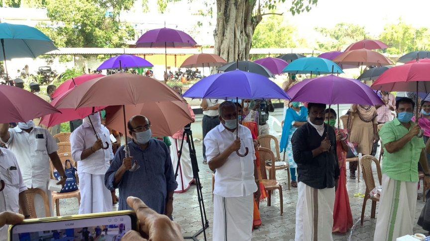 Ministro das Finanças de Kerala, Thomas Isaac, compartilhou no Twitter uma imagem da iniciativa e disse que todos devem sair de casa com o guarda-chuva