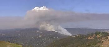 Autoridades do Corpo de Bombeiros e da Polícia de Los Angeles investigam dois suspeitos de incêndio criminoso; quase mil ordens de evacuação foram emitidas