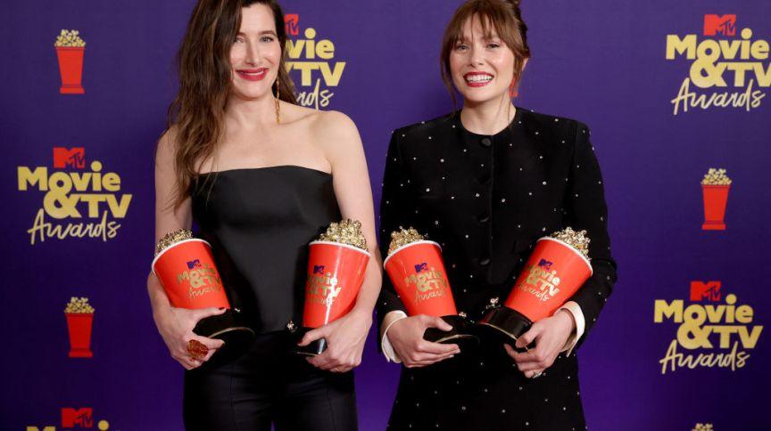 Kathryn Hahn e Elizabeth Olsen posam nos bastidores com os quatro prêmios ganhos por 'WandaVision'