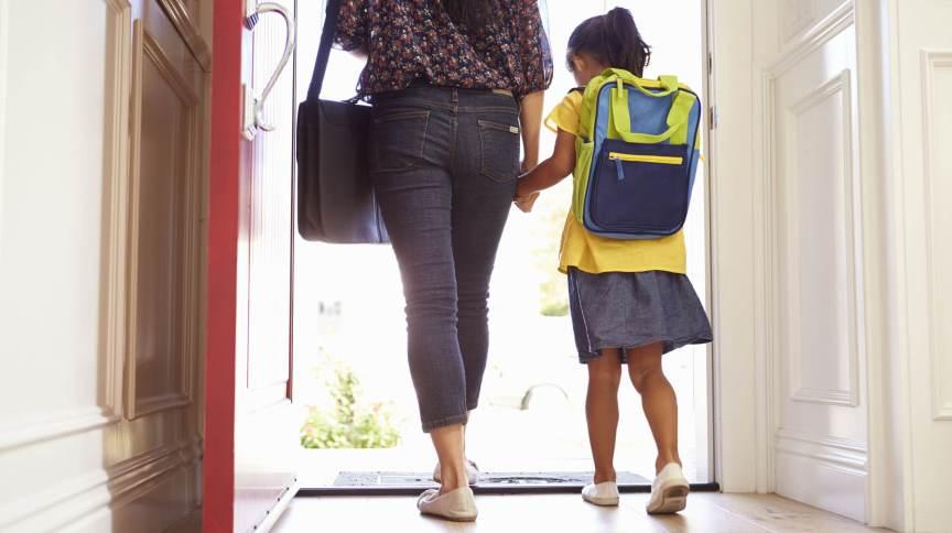 Mãe leva criança para escola