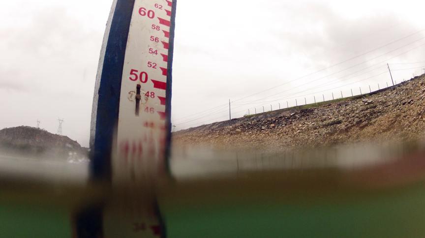 Marcador de nível d'água na usina hidrelétrica de Furnas, em São José da Barra (MG)