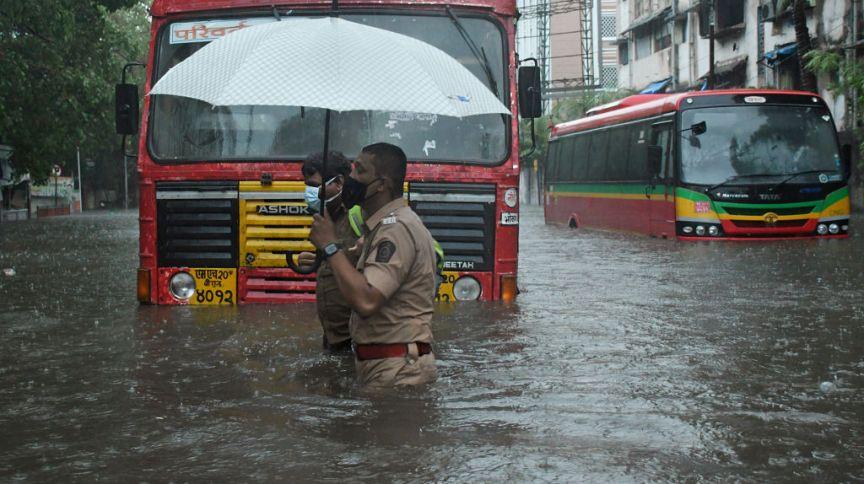 Fortes ventos e chuvas torrenciais atingiram Mumbai, na Índia, e suas áreas vizinhas devido a um forte ciclone
