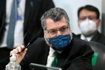Aos senadores, ex-chanceler Ernesto Araújo afirmou, porém, que não procurou o país vizinho
