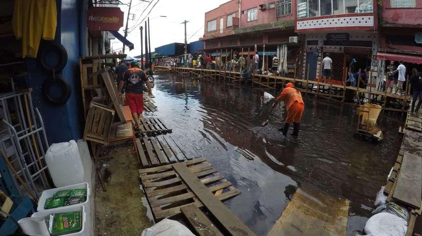 Alagamento na rua Barão de São Domingos, no centro de Manaus, por cheia do Rio Negro
